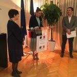 Arta Dobroshi nderohet nga Franca si zë shprese e paqeje