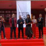 """""""Zgjoi"""" merr """"Hyjneshën e Artë"""", çmimet kryesore të """"PriFestit"""" i marrin artistët nga Kosova"""